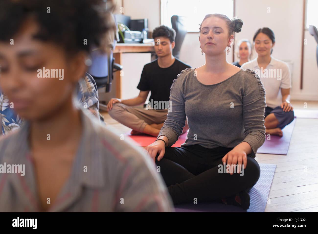 Serena empresaria creativa meditando en Office Foto de stock