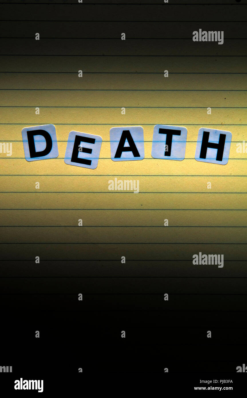 Palabra muerte deletreada con pegatinas las letras de un papel con líneas, el thriller y la delincuencia concepto portada del libro. Foto de stock