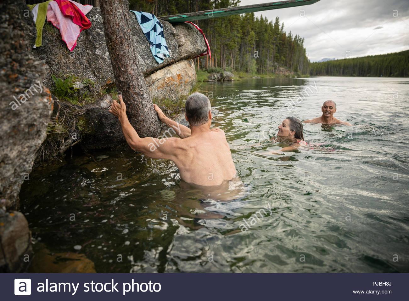 Amigos maduros nadar en el lago Imagen De Stock