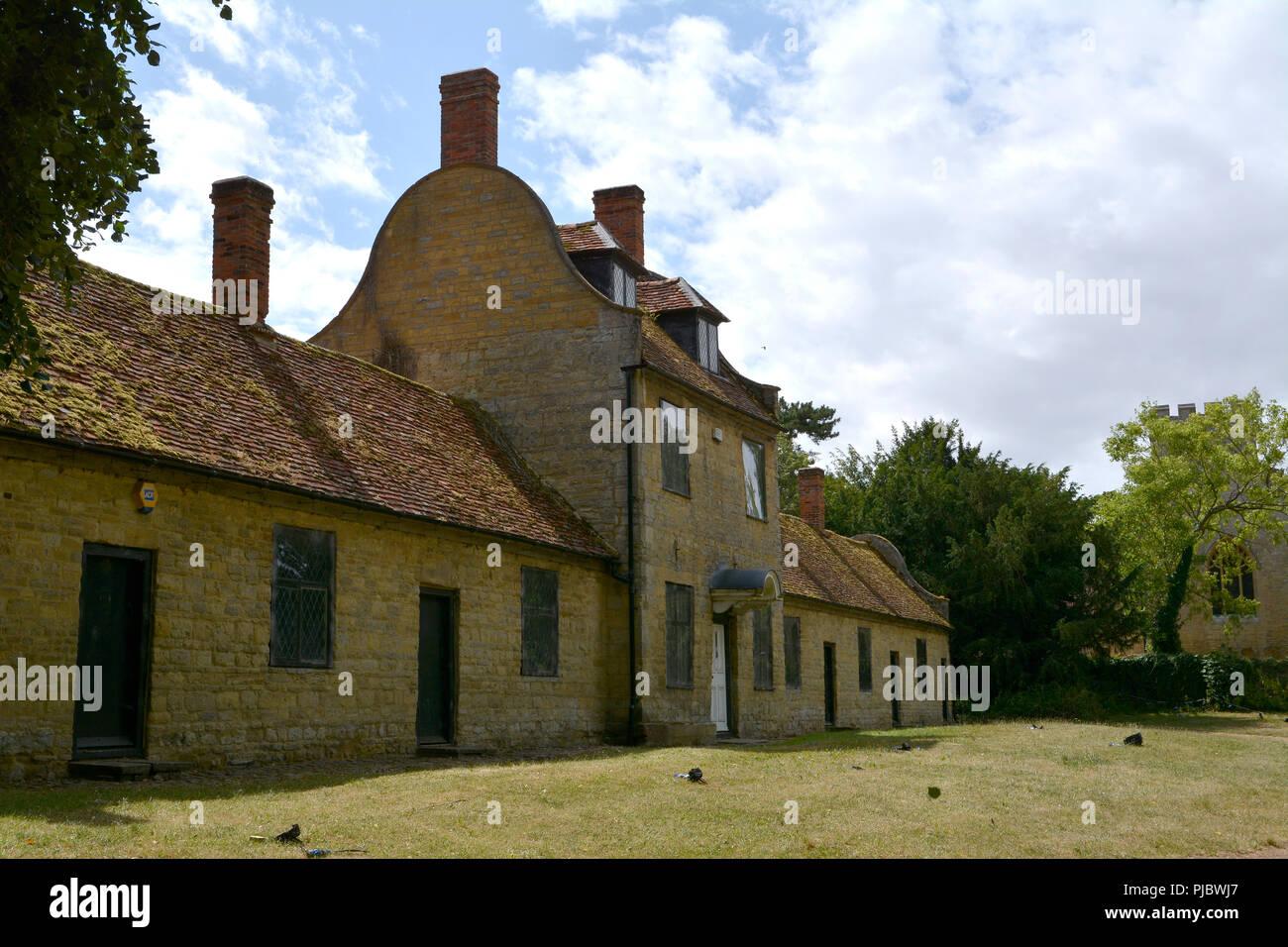 Visión de la escuela y Almshouses, Gran Linford Manor Park, Buckinghamshire Foto de stock