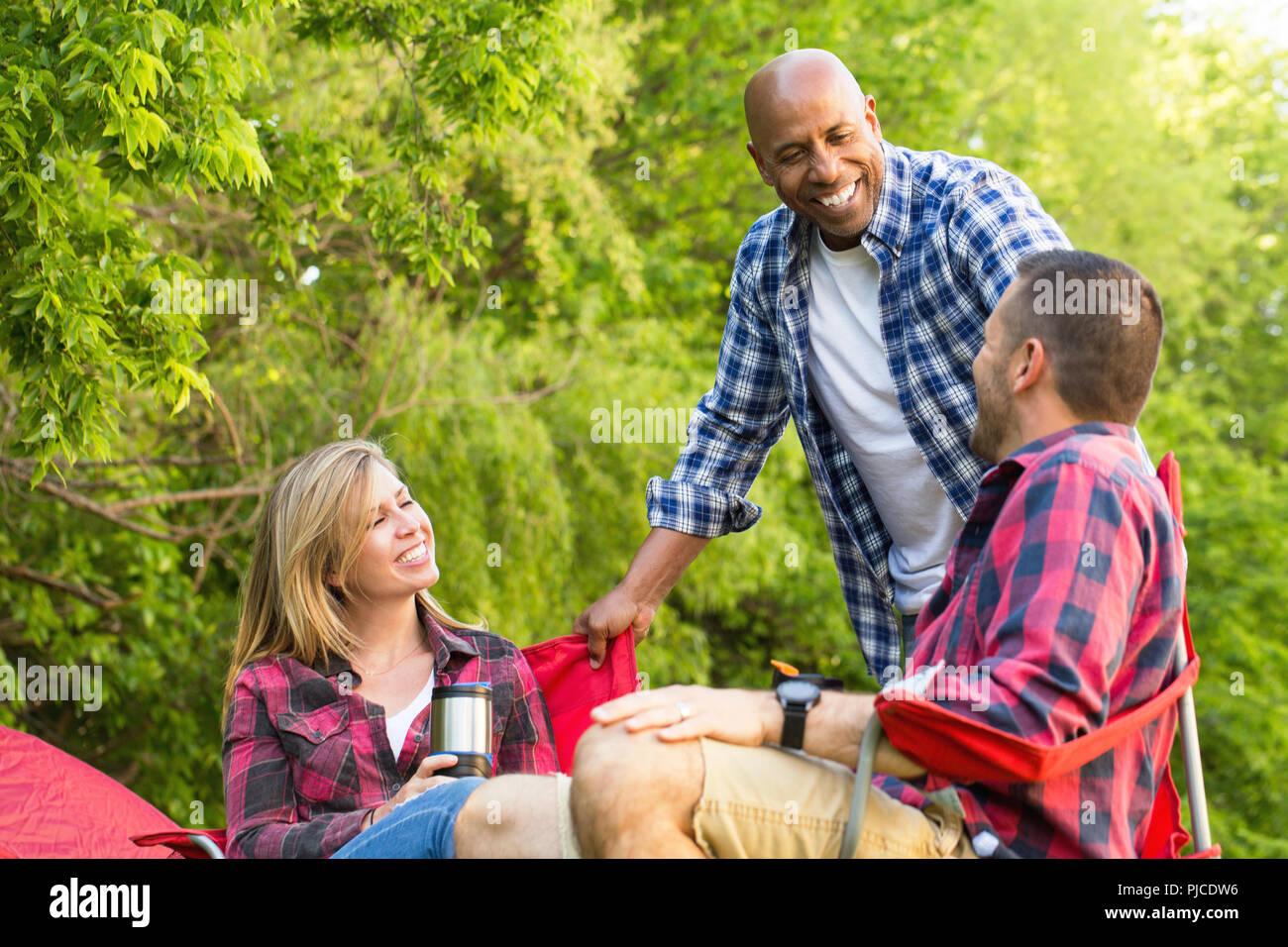 Grupo multiétnico de amigos riendo y hablando. Foto de stock