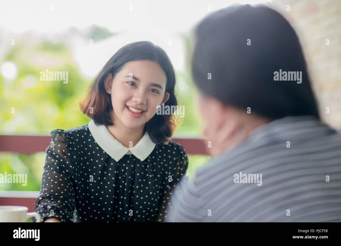 Jóvenes Muchachas Bonitas Asain Disfruta Hablando Foto