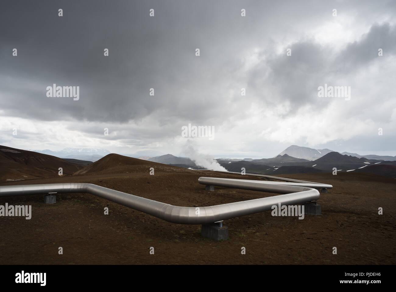 Canalización de energía geotérmica renovable. Fuente natural de calor y electricidad. Estación de vapor en Islandia Imagen De Stock