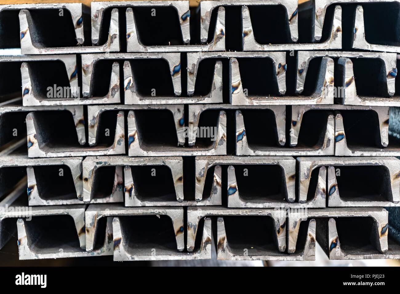 Canales de acero apilados en un patrón entrelazado Imagen De Stock