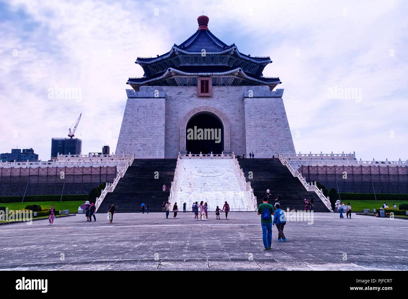 El 31 de marzo de 2018. Taipei, Taiwán. Los turistas que visitan la plaza de la libertad frente a la de Chiang Kai-shek Memorial Hall de la ciudad de Taipei, Taiwán. Imagen De Stock