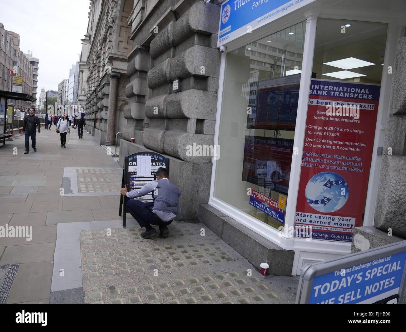 Marcas de ayudante de los tipos de cambio en la junta en Thomas Global Exchange Limited, oficina de cambio, cambio de divisas, Londres, Reino Unido. Foto de stock