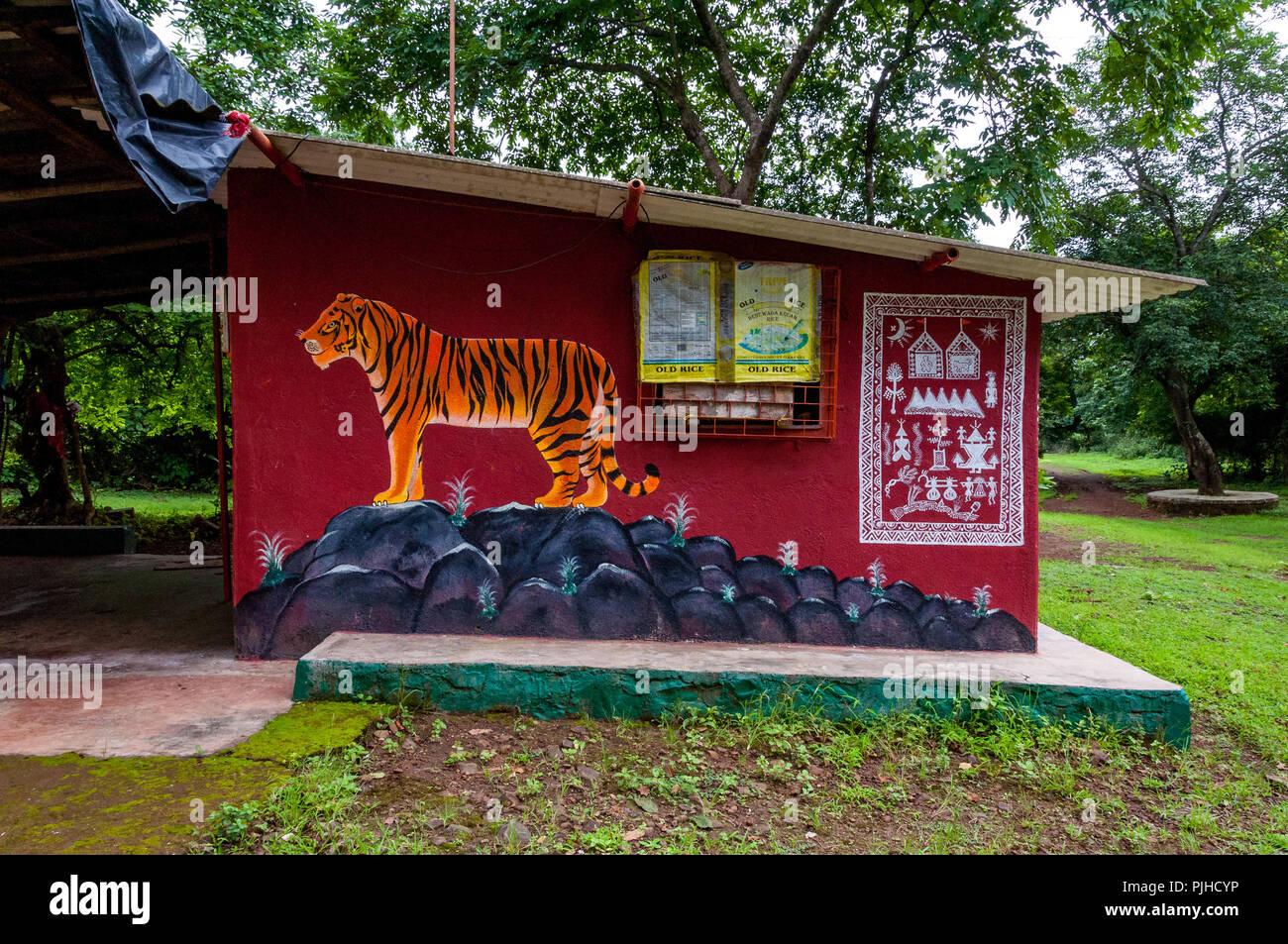 MUMBAI, India - El 9 de agosto de 2018: Mural de un tigre en un templo Warli rodeado por árboles. Warli tribales indígenas son personas conocidas por su arte. volver Imagen De Stock