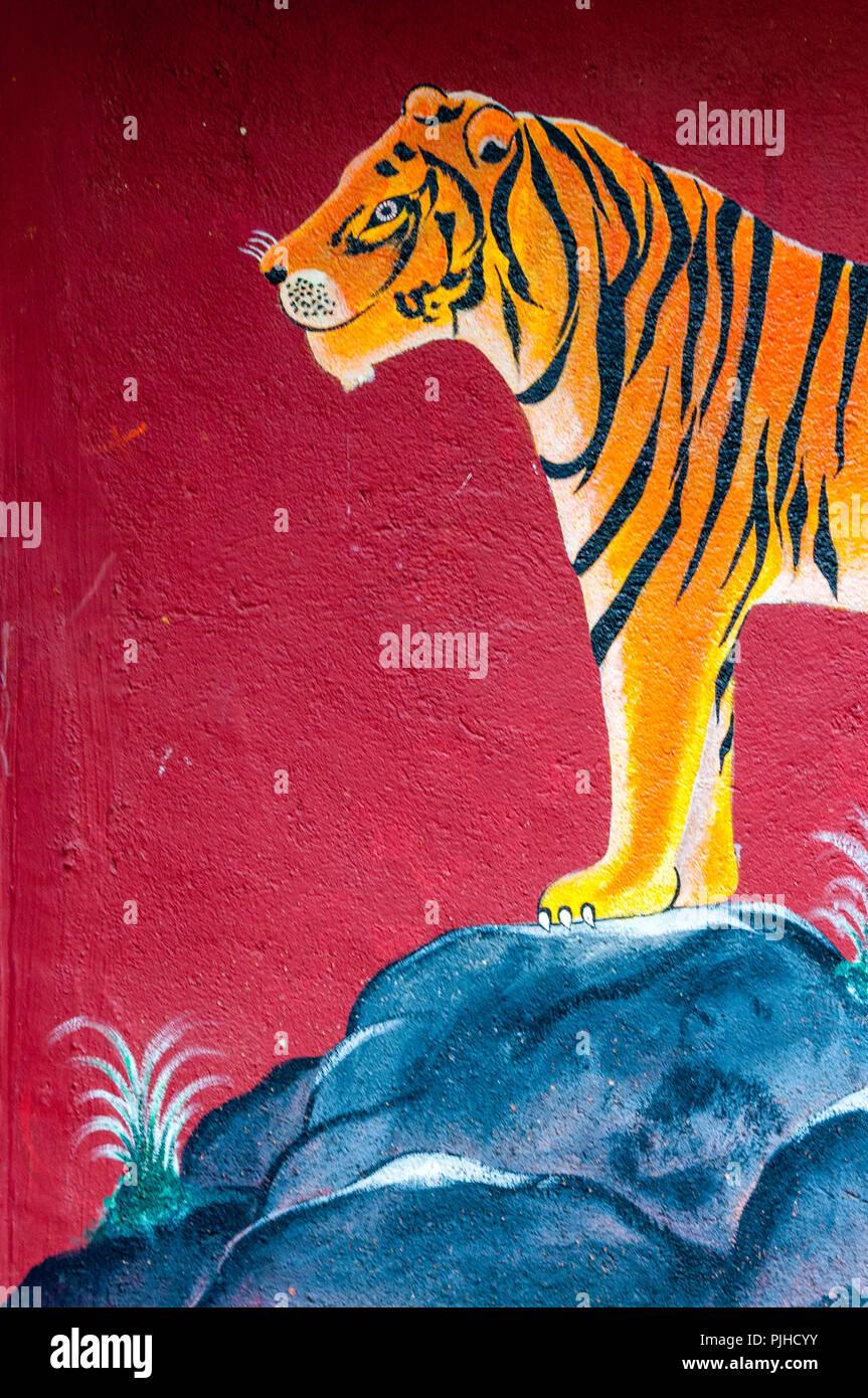 MUMBAI, India - El 9 de agosto de 2018: Mural de un tigre en un templo Warli rodeado por árboles. Warli tribales indígenas son personas conocidas por su arte que r Imagen De Stock