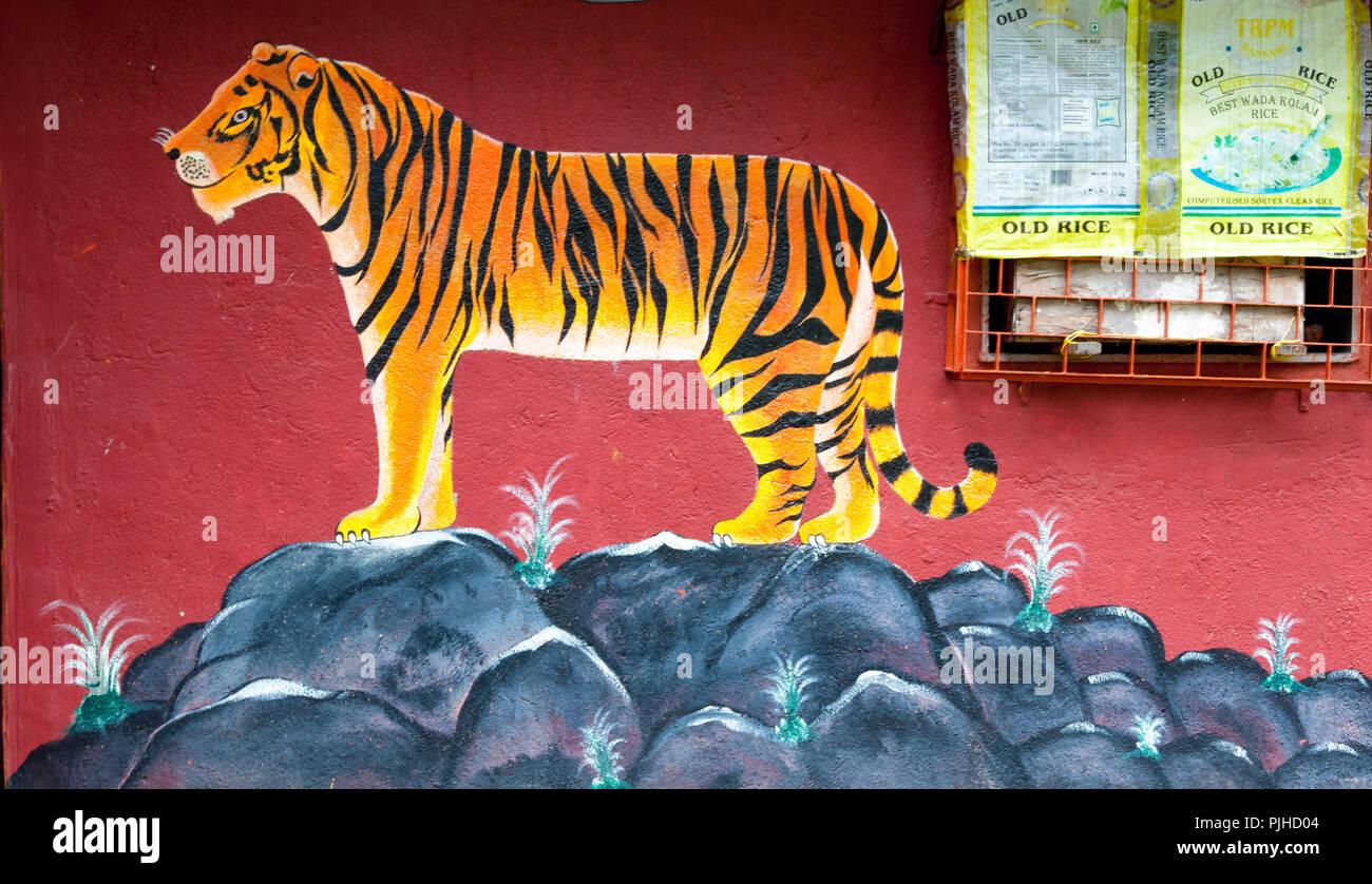 MUMBAI, India - El 9 de agosto de 2018: Tigre pintado en la pared de un templo Warli. Warli son indígenas tribales. En Mumbai en SGNP viven junto a Imagen De Stock