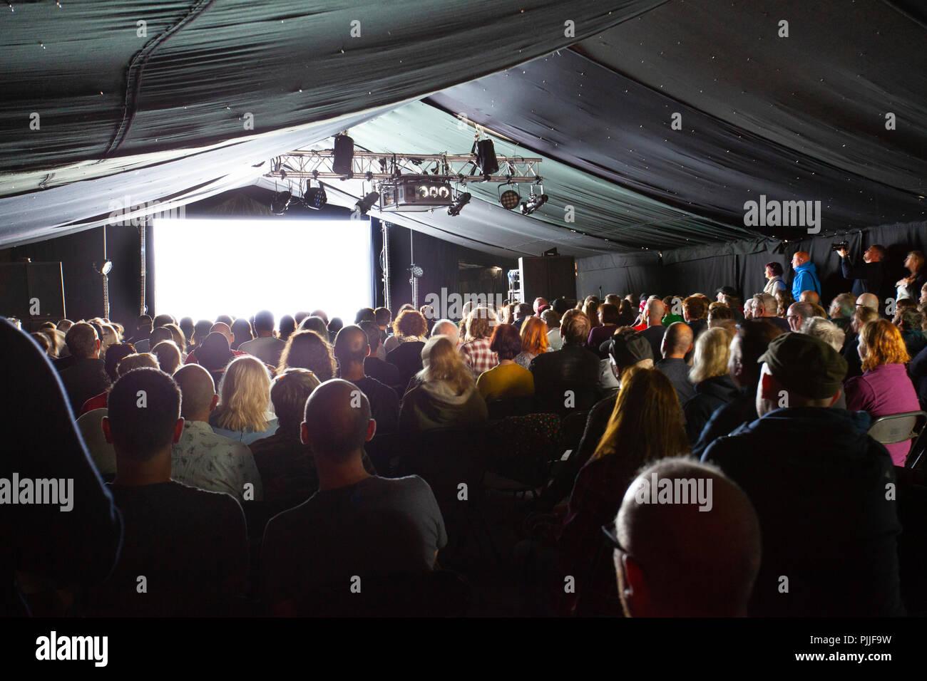 Portmeirion, Gales del Norte, el 7 de septiembre de 2018: Festival nº 6 es multi-premiada la música, las artes y la cultura festival que tiene lugar en el bello cuento de hadas de Portmeirion, Norte de Gales, el hogar del culto show de TV El prisionero. Sky Arts preestreno de la nueva película de orden décadas con un recinto abarrotado en la caseta de vigilancia, Festival número 6 Foto de stock