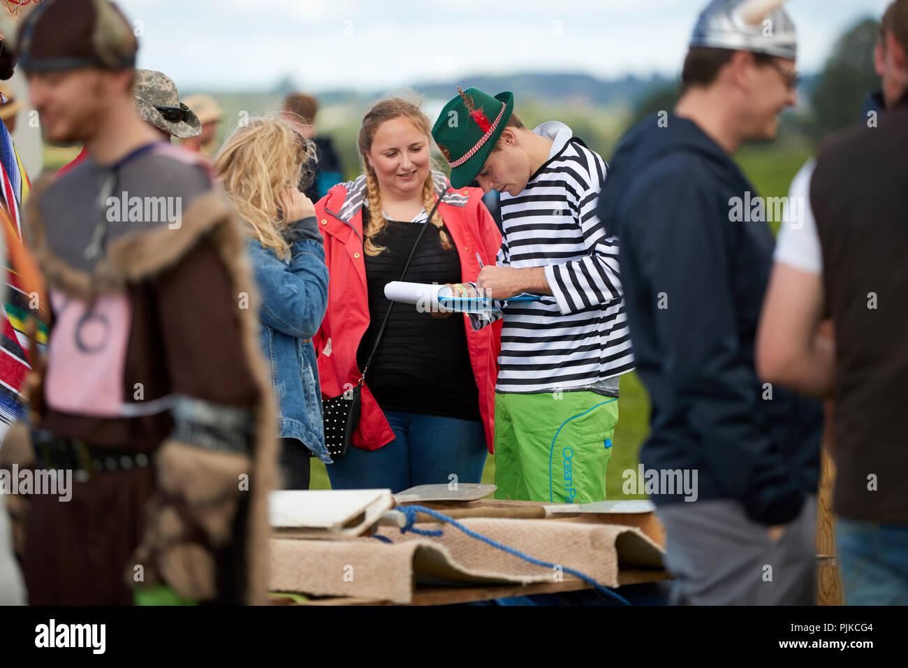 Hombre con sombrero tradicional alemana y stripey t-shirt y un portapapeles en la llanura juegos, Thorney, Somerset Imagen De Stock