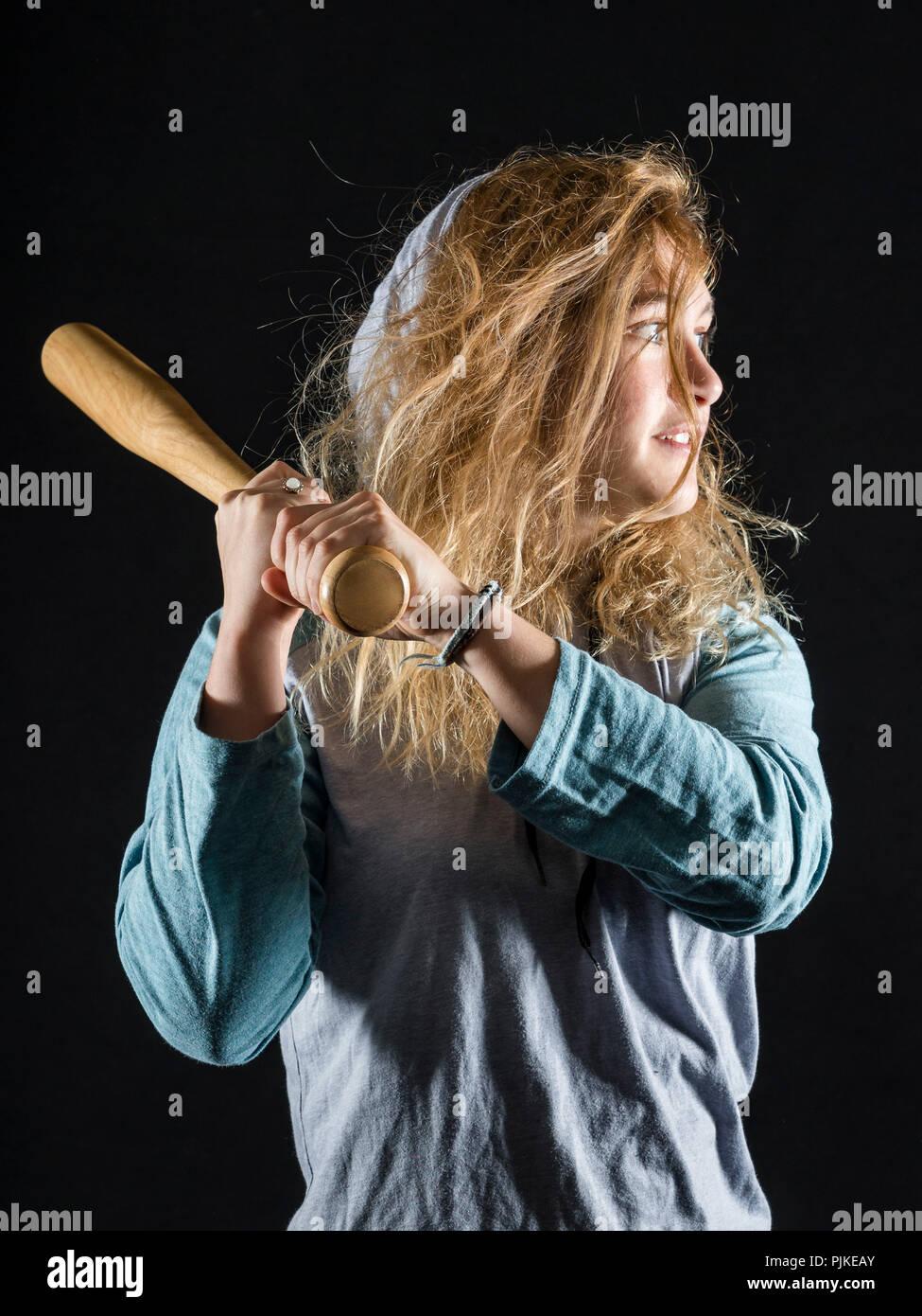 Mujer, 21 años, Retrato con el bate de béisbol, Foto de Estudio, Foto de stock