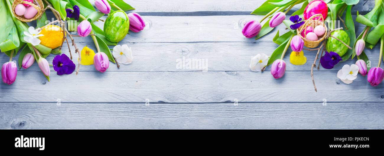 Fondo de Pascua, flores de primavera y los huevos de pascua en madera, banner Foto de stock