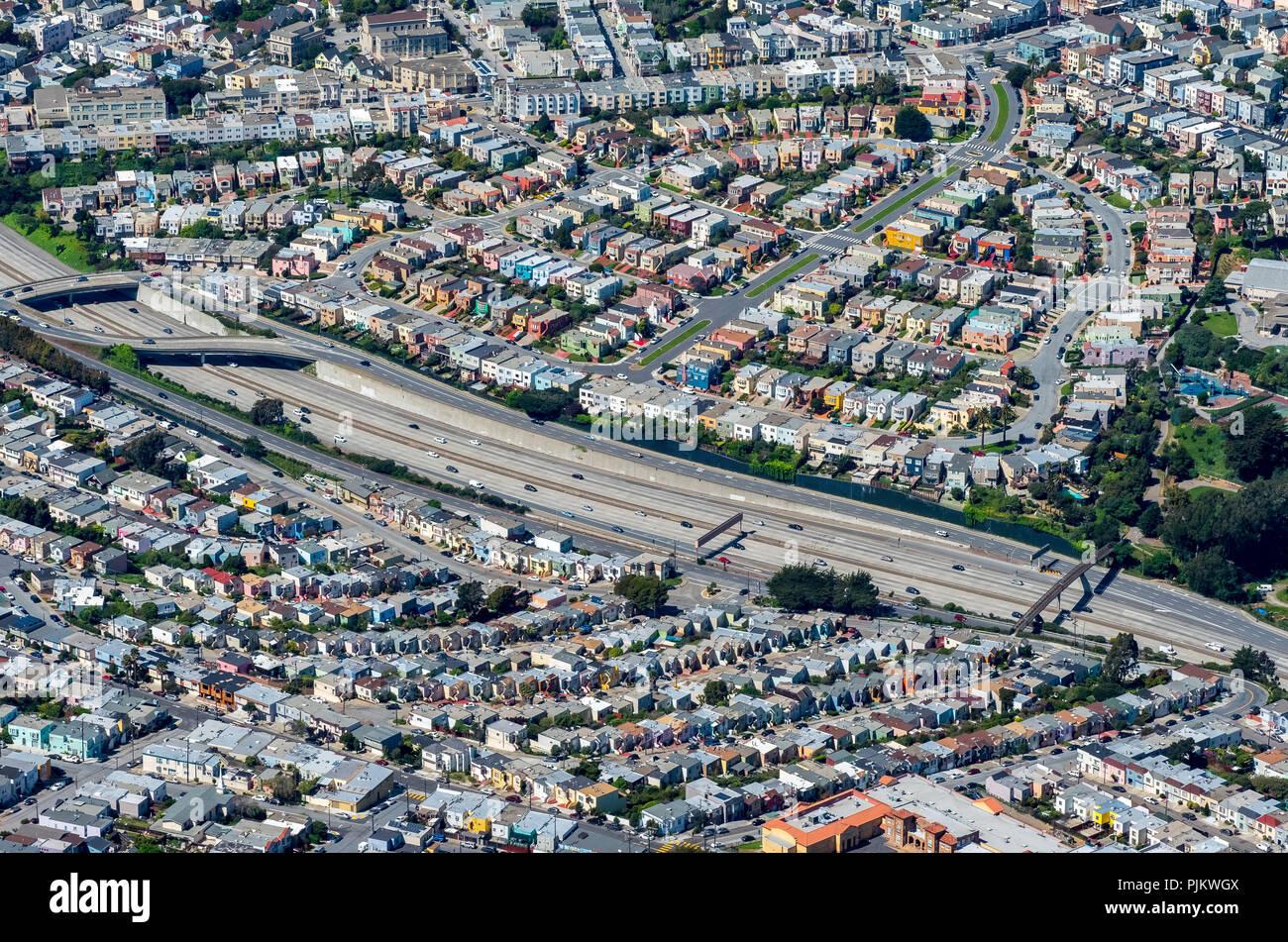Inmobiliaria vivienda típica americana en la autopista, la contaminación acústica, ruidoso barrio, al sur de San Francisco, el área de la Bahía de San Francisco, Estados Unidos de América, California, EE.UU. Imagen De Stock