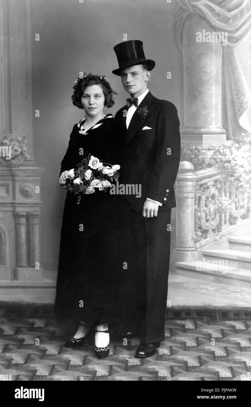 f8ad2d2ce0e19 Boda pareja de novios con sombrero de copa traje negro flores alemania  pjpakw jpg 858x1390 Novios