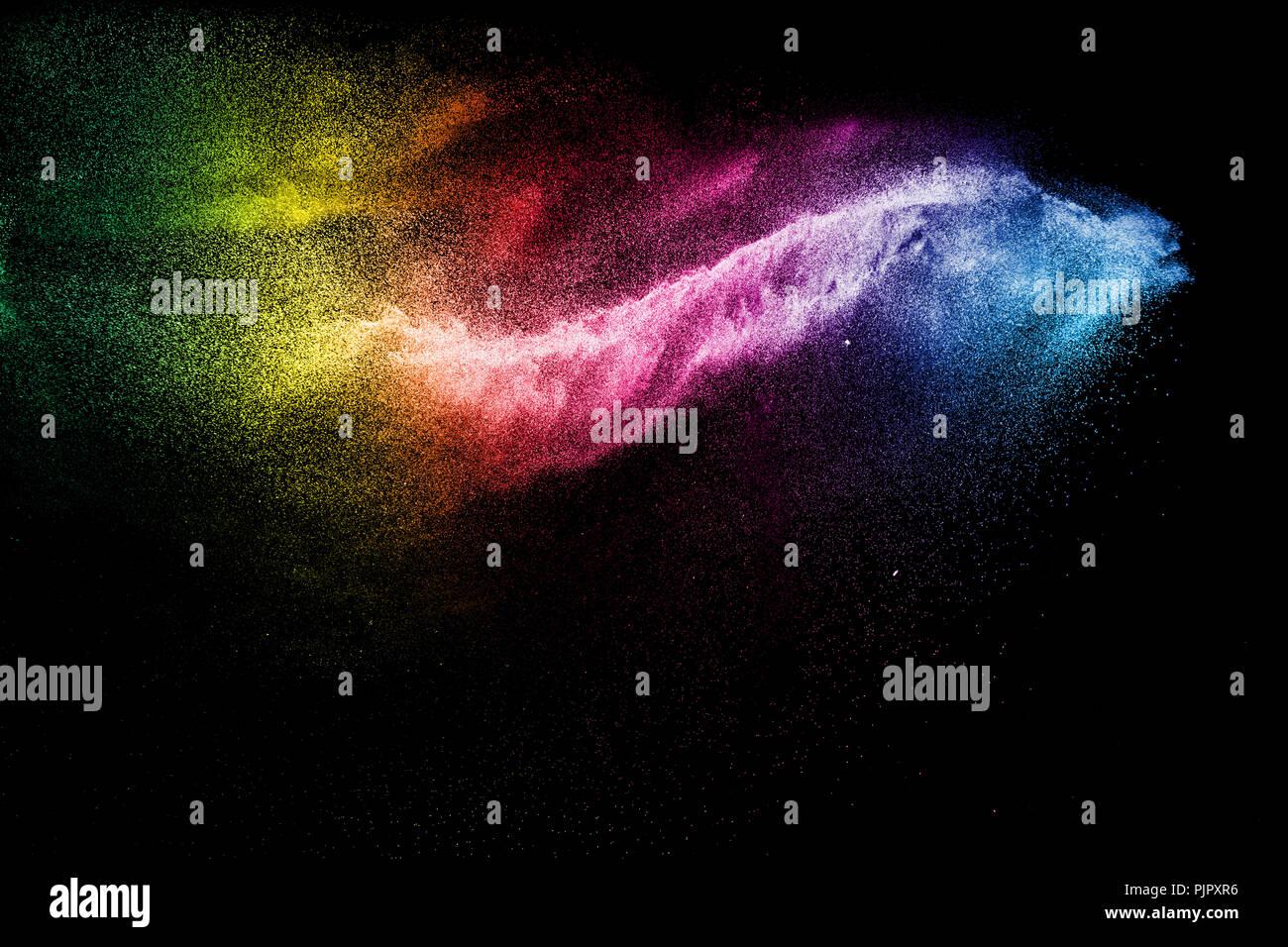 Congelar el movimiento de partículas de polvo de color sobre fondo negro.Color Powder abstracta superposición de texturas. Foto de stock