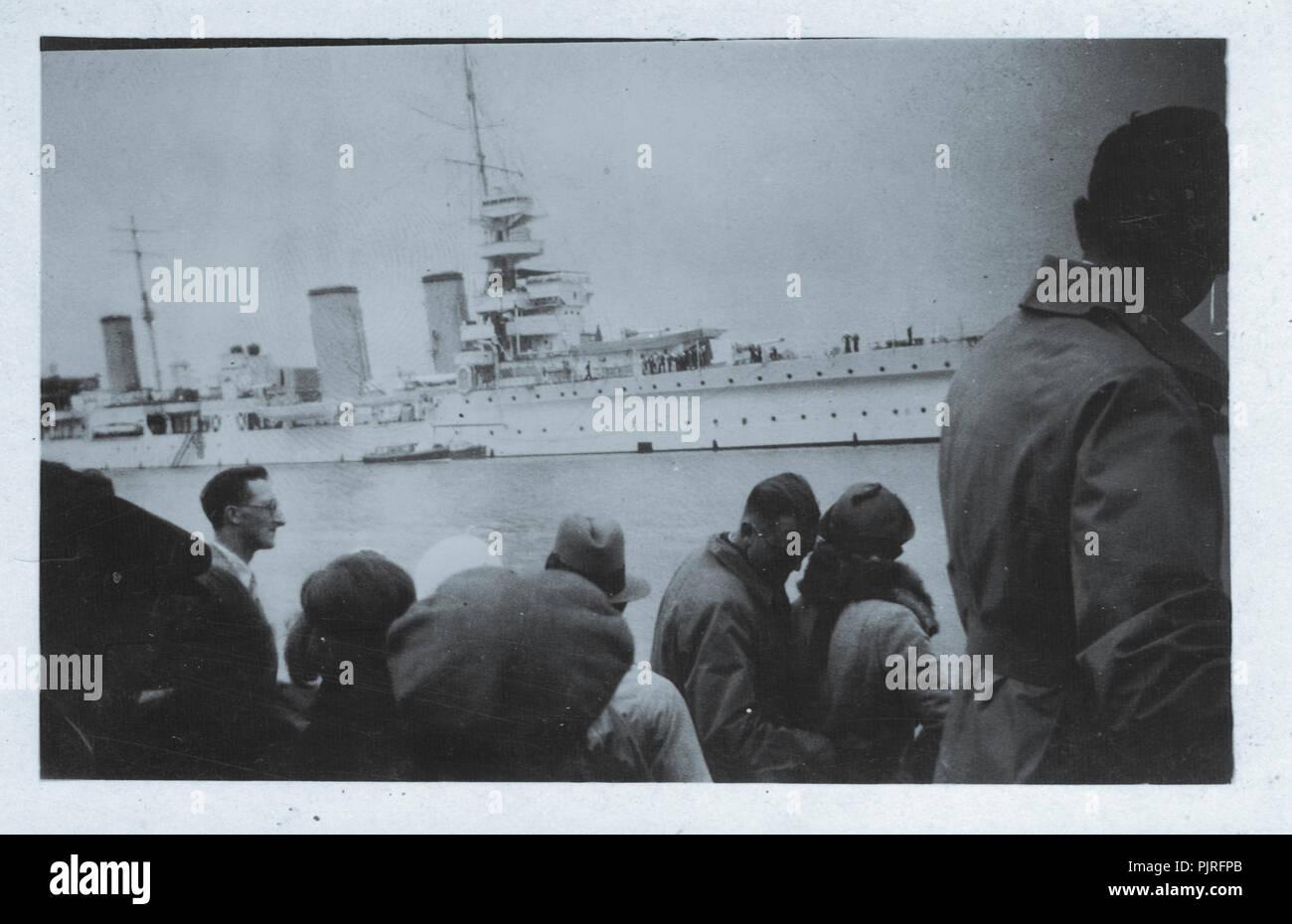 Heavy cruiser buques en muelle, 1937 Foto de stock