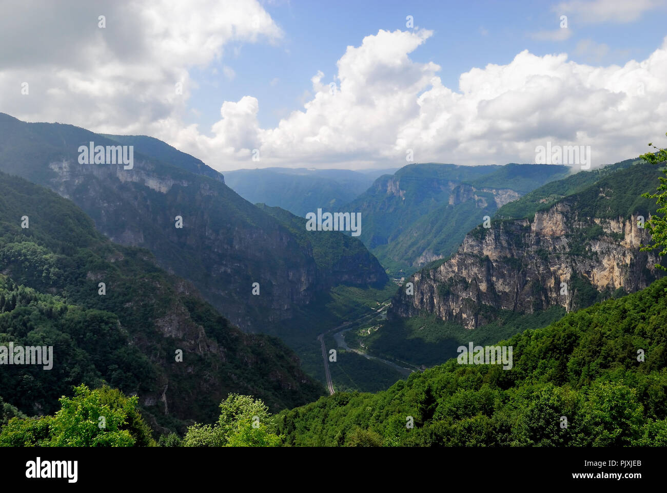 Monte Grappa, Veneto, Italia. Vista del valle de Valsugana del Monte Grappa. Foto de stock