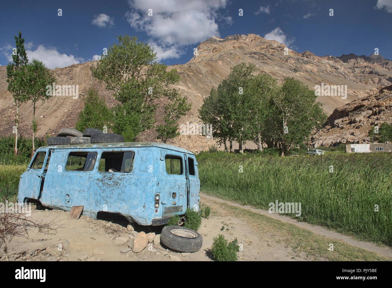 La antigua Rusia van en Pasor Furgon en el valle de Bartang, Tayikistán. Foto de stock
