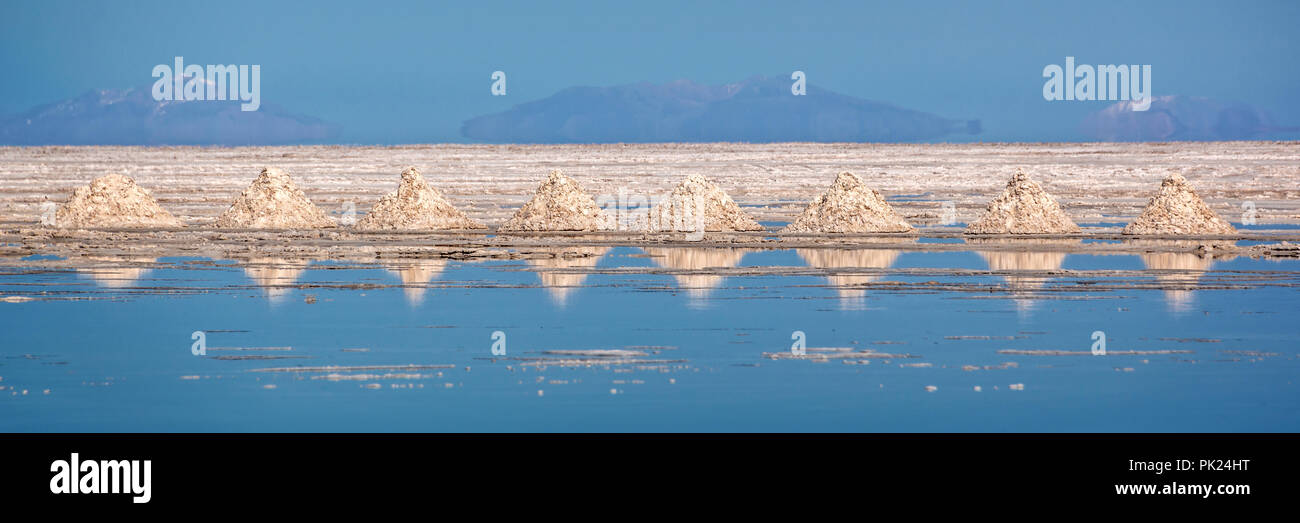 Panorama de las montañas de sal alineados en el Salar de Uyuni (salar de Uyuni, Potosí, Bolivia Imagen De Stock