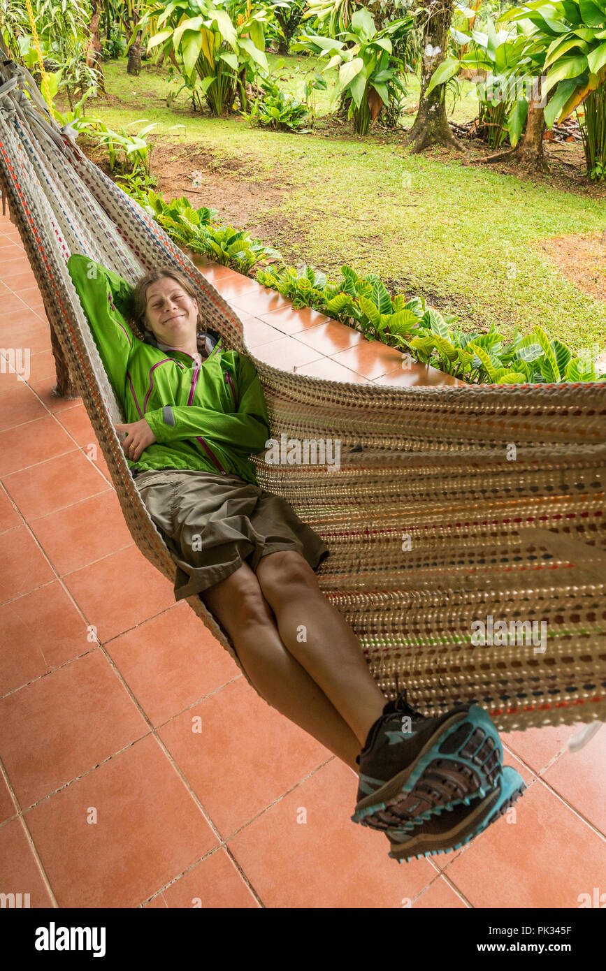 Mujer en una hamaca, Mirador El Silencio Hotel, San Carlos, Costa Rica Foto de stock