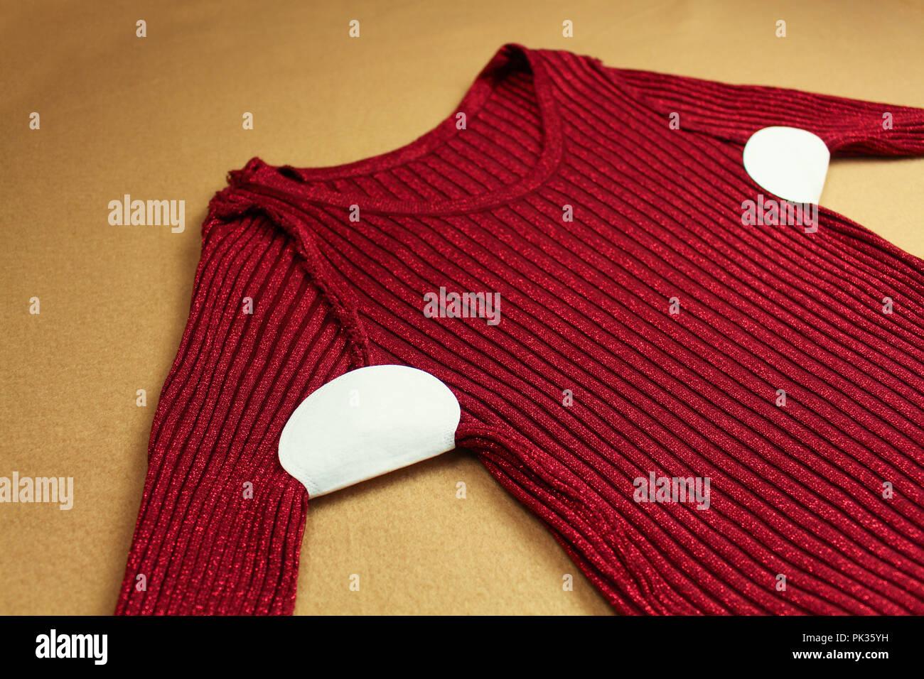 Tira de sudor adjuntas a las axilas de la vestimenta. Imagen De Stock