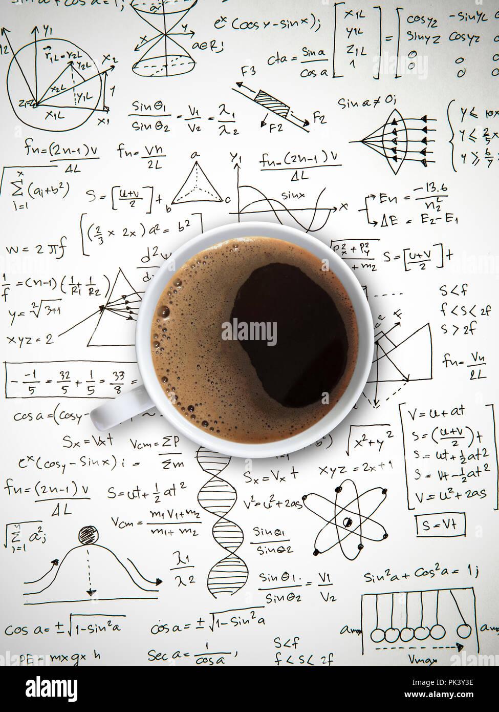 El café americano caliente en matemáticas y ciencias, papeleo Imagen De Stock