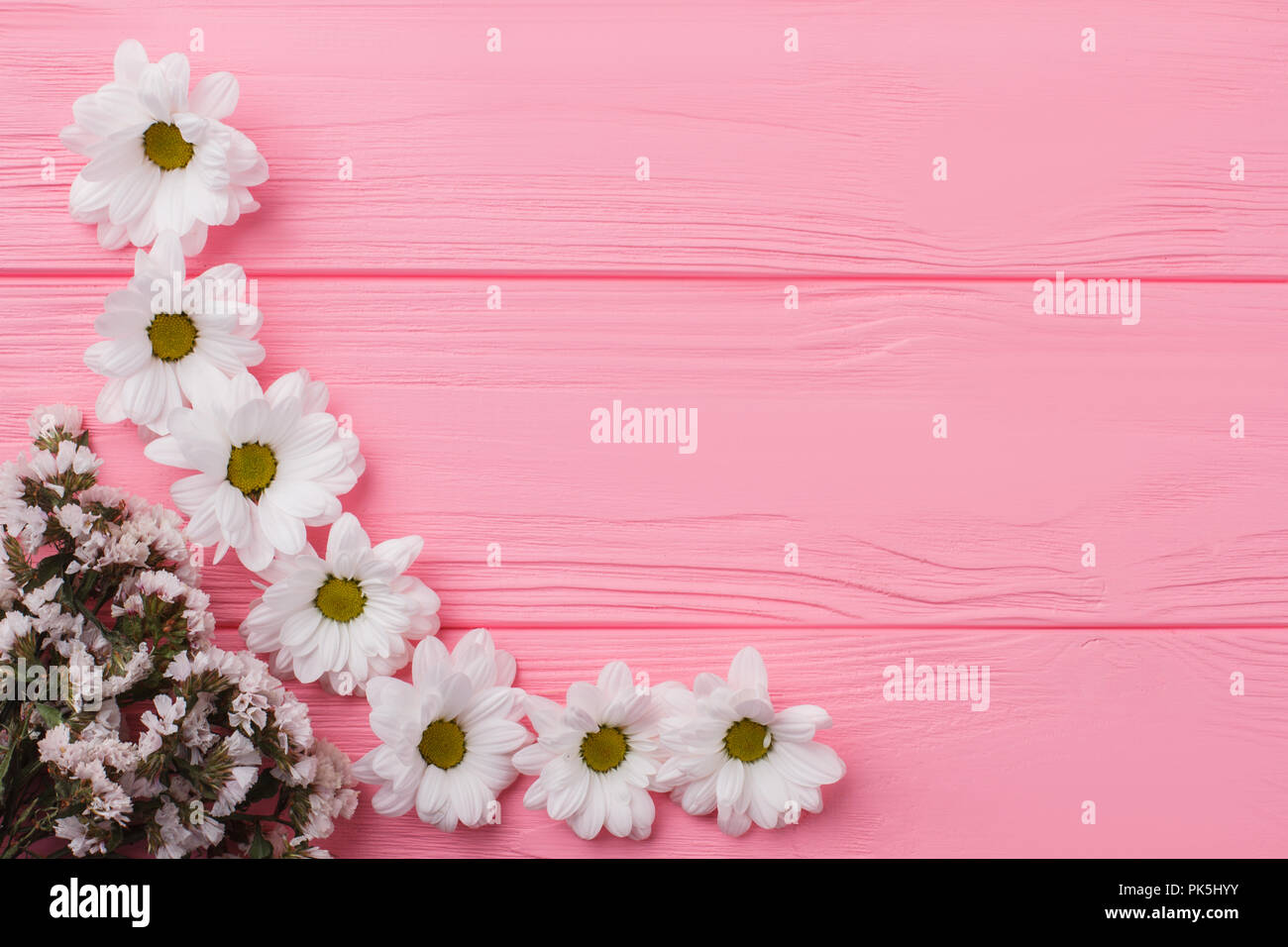 Fondo De Madera Vintage Con Flores Blancas Manzana Y: Blanco Flores De Manzanilla Y Statice Composición En