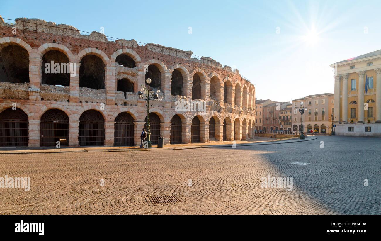 La Arena de Verona (Arena di Verona) es un anfiteatro romano en la Piazza Bra. Italia. Imagen De Stock
