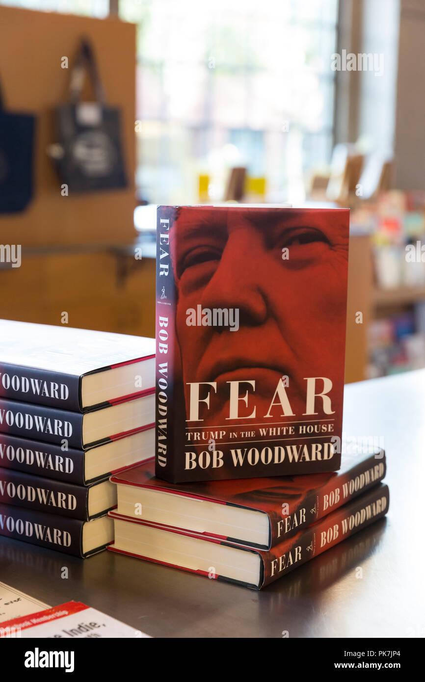 """Seattle, Washington: el libro de Bob Woodward """"temor: el triunfo en la Casa Blanca"""" a la venta en la Bahía Elliot Book Company el 11 de septiembre de 2018. Woodward entrevistó a muchos miembros de la administración Trump para el recientemente publicado Libro, finalmente se llegó a la conclusión de que la Casa Blanca es caótica y disfuncional. Un respetado periodista durante décadas, Woodward fue hecha famosa por sus informes sobre el escándalo de Watergate en 1972. Foto de stock"""