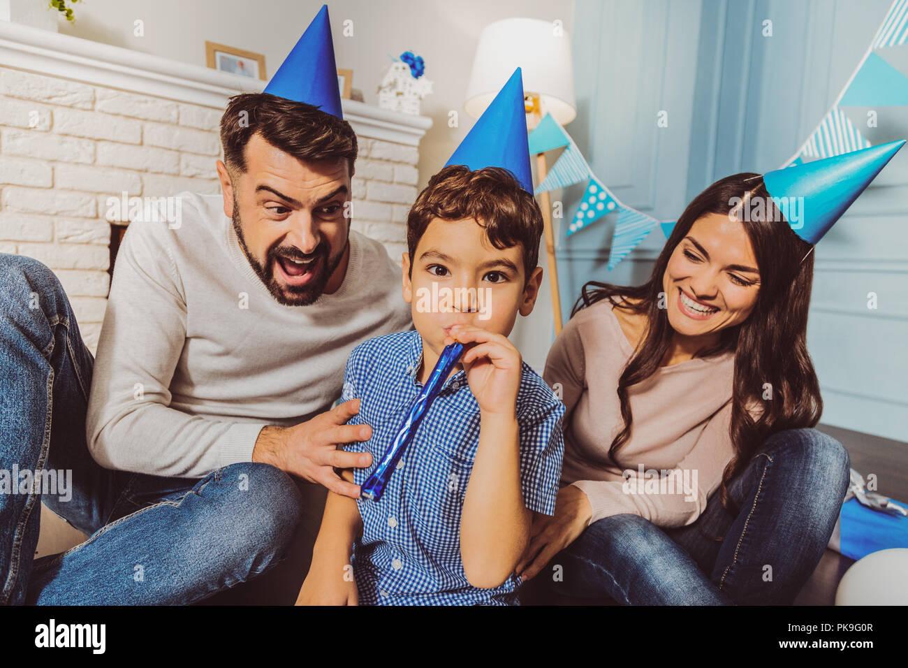 Bonita familia cariñosa disfrutando de la fiesta de cumpleaños Foto de stock