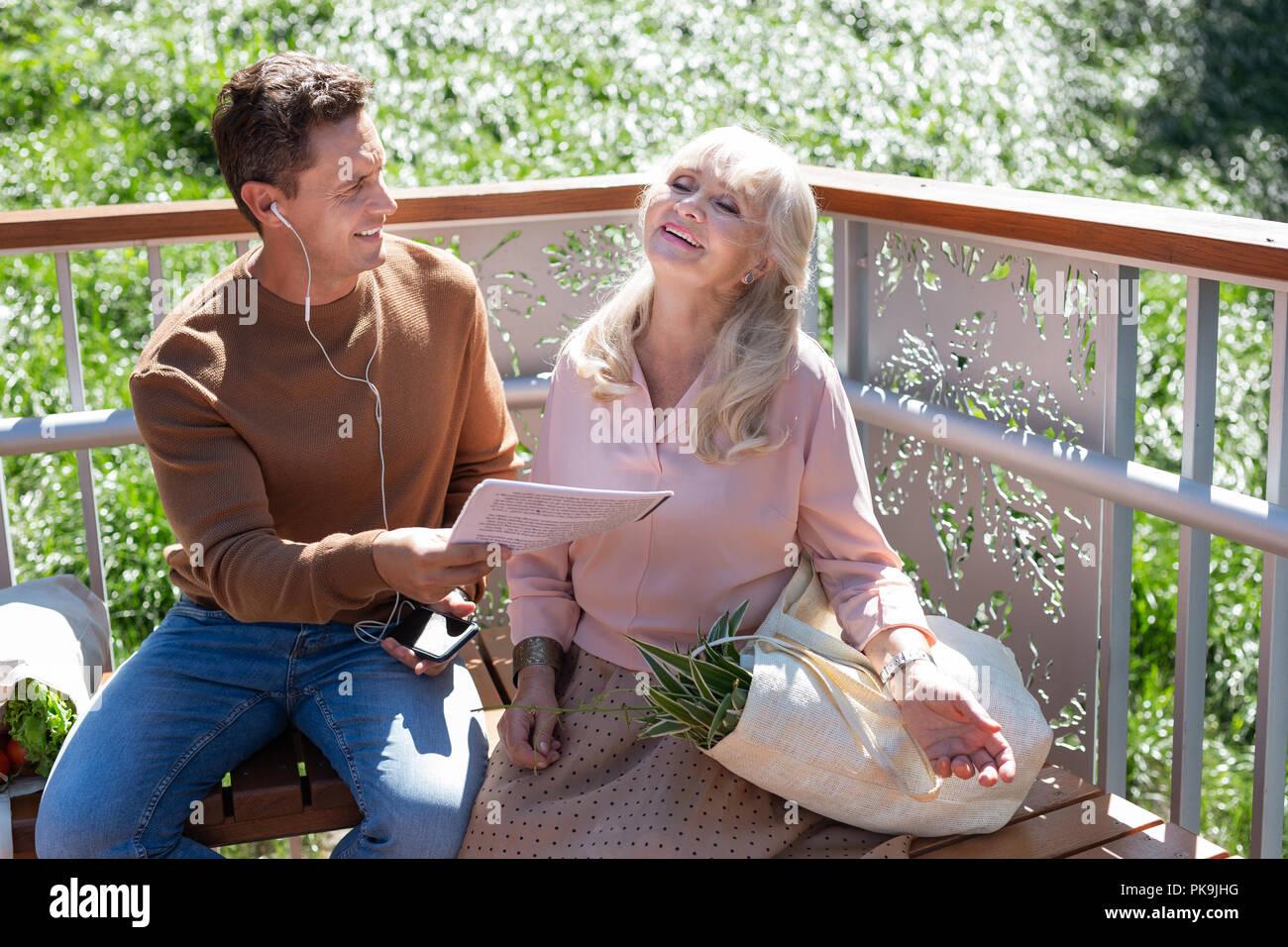 Mujer jubilada rubia relajada disfrutando de su vida Imagen De Stock