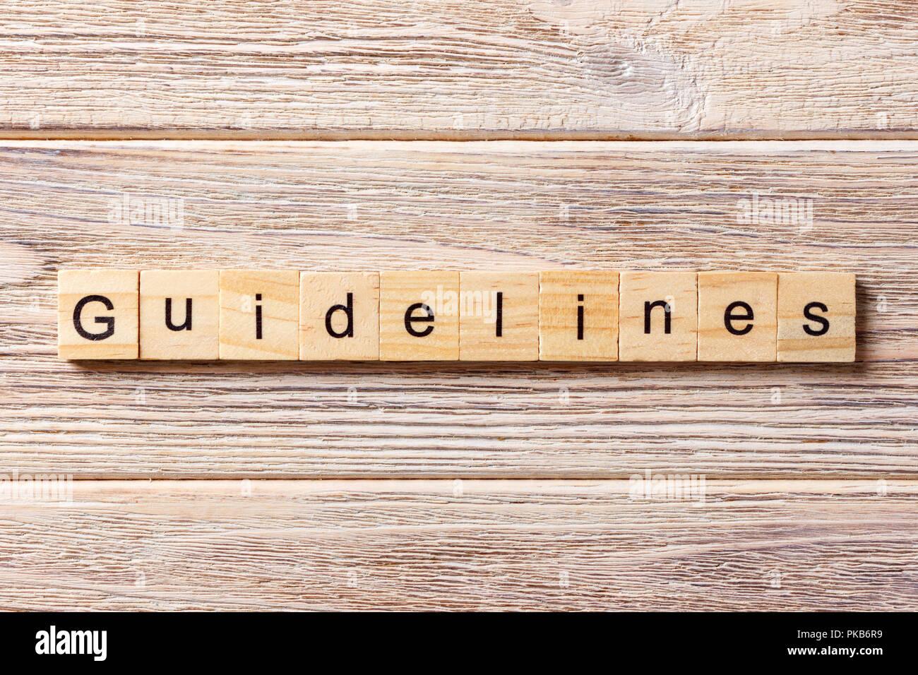 Directrices palabra escrita sobre un bloque de madera. Directrices sobre la mesa, el concepto de texto. Imagen De Stock