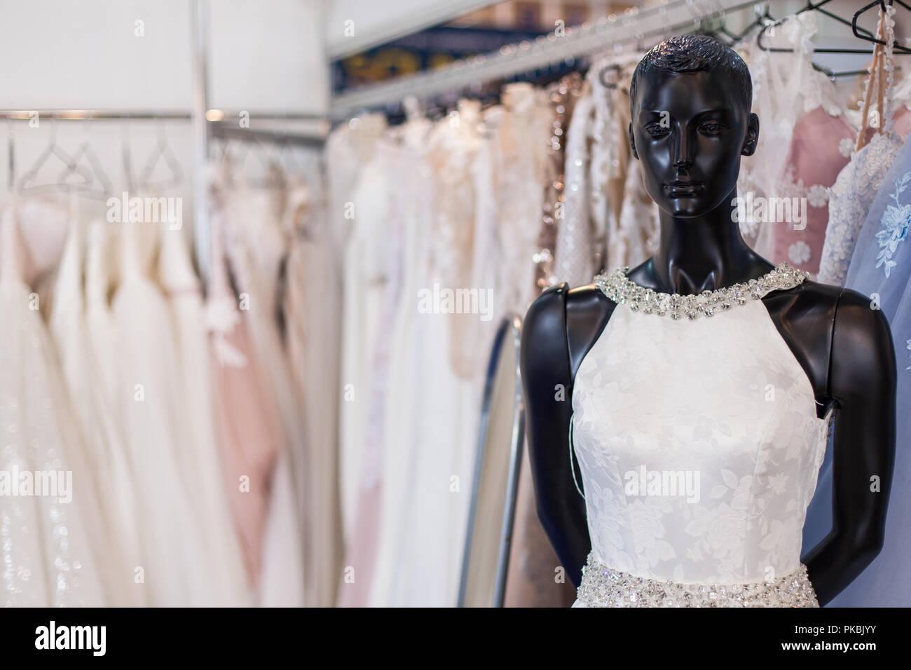 0eee6f20895 Vestido de novia en un maniquí entre las estanterías con los vestidos.  Imagen De Stock
