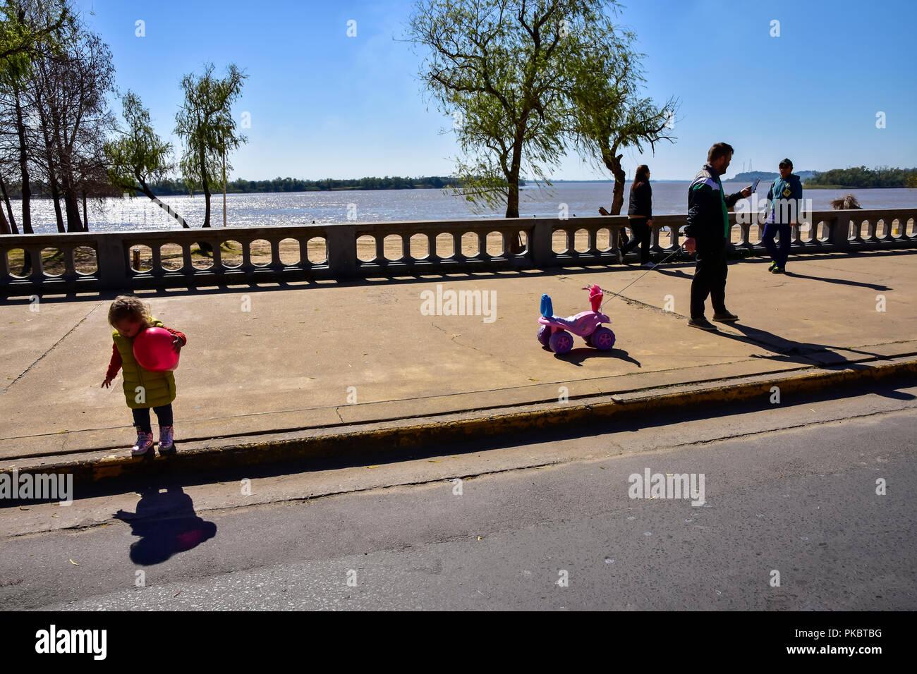 Padre no presta atención al bebé, pero para smartphone Imagen De Stock