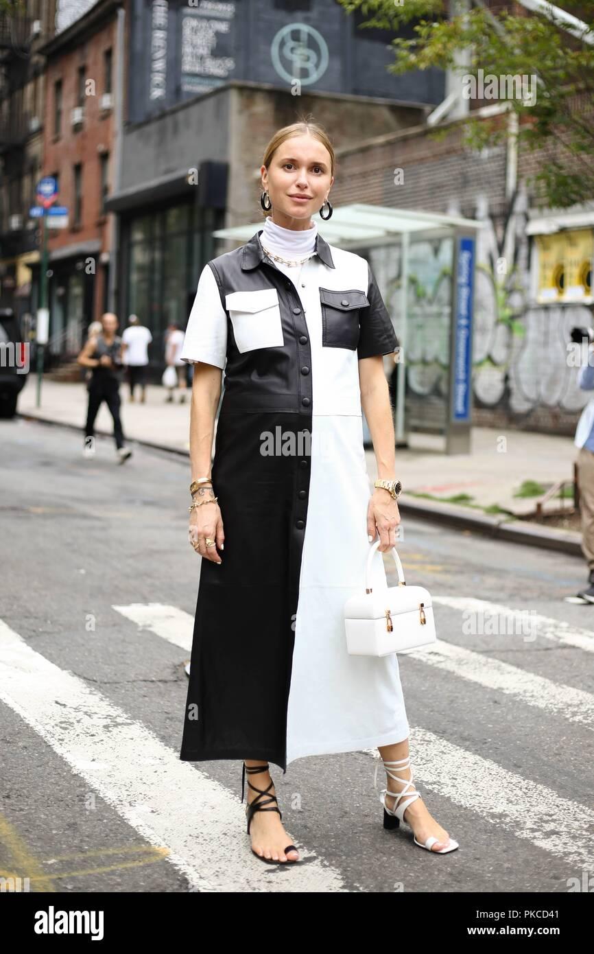 Estilista Pernille Teisbaek posando en la calle durante la Semana de la Moda  de Nueva York f71f245e7c