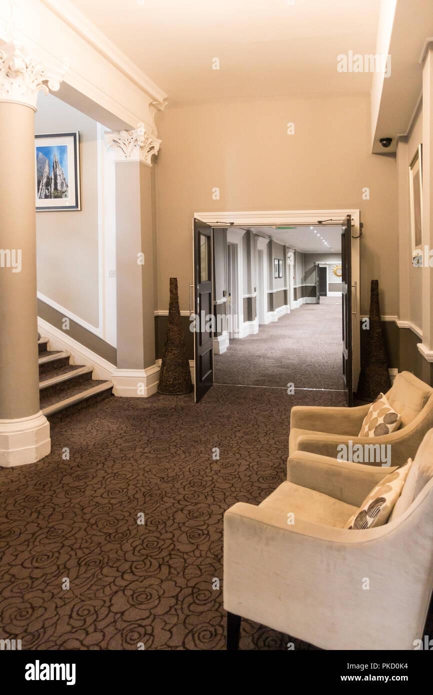Elegante edificio interior, el Gran Hotel Victoria, Bridge St, Bradford BD1 1JX UK la Reina y la Princesa Diana retratos colgados en la pared Imagen De Stock