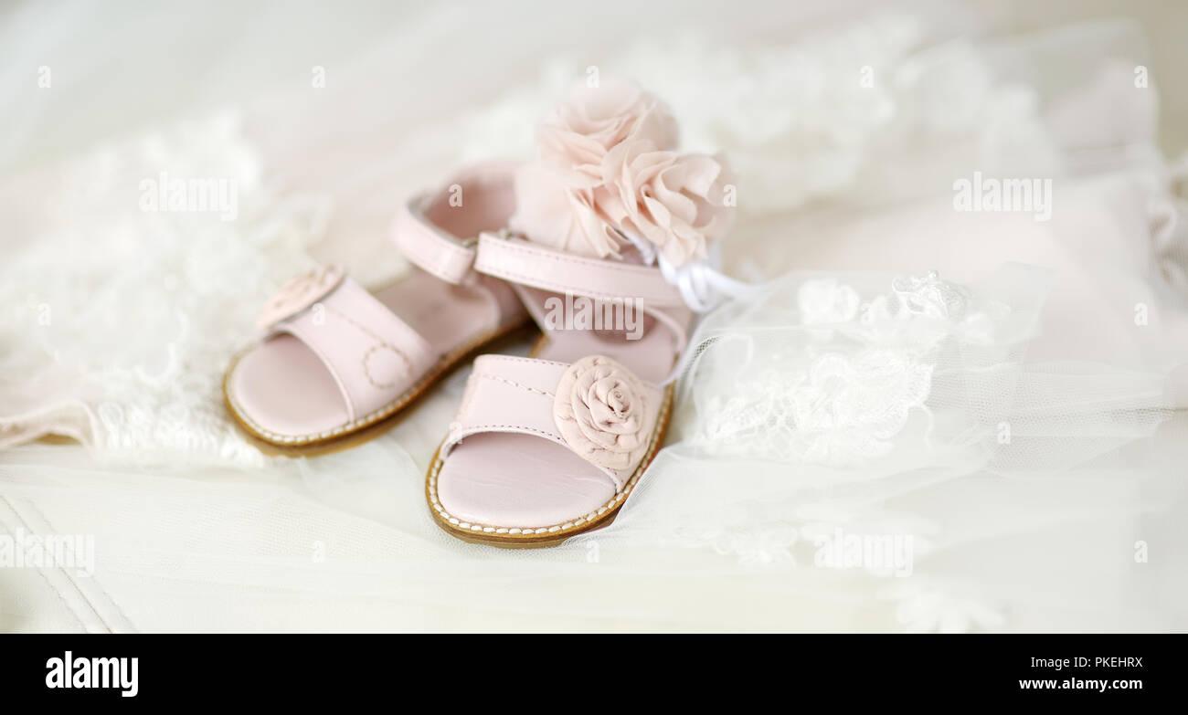 4cfd41ae6 Bautizo niña zapatos y diadema de flores Foto   Imagen De Stock ...