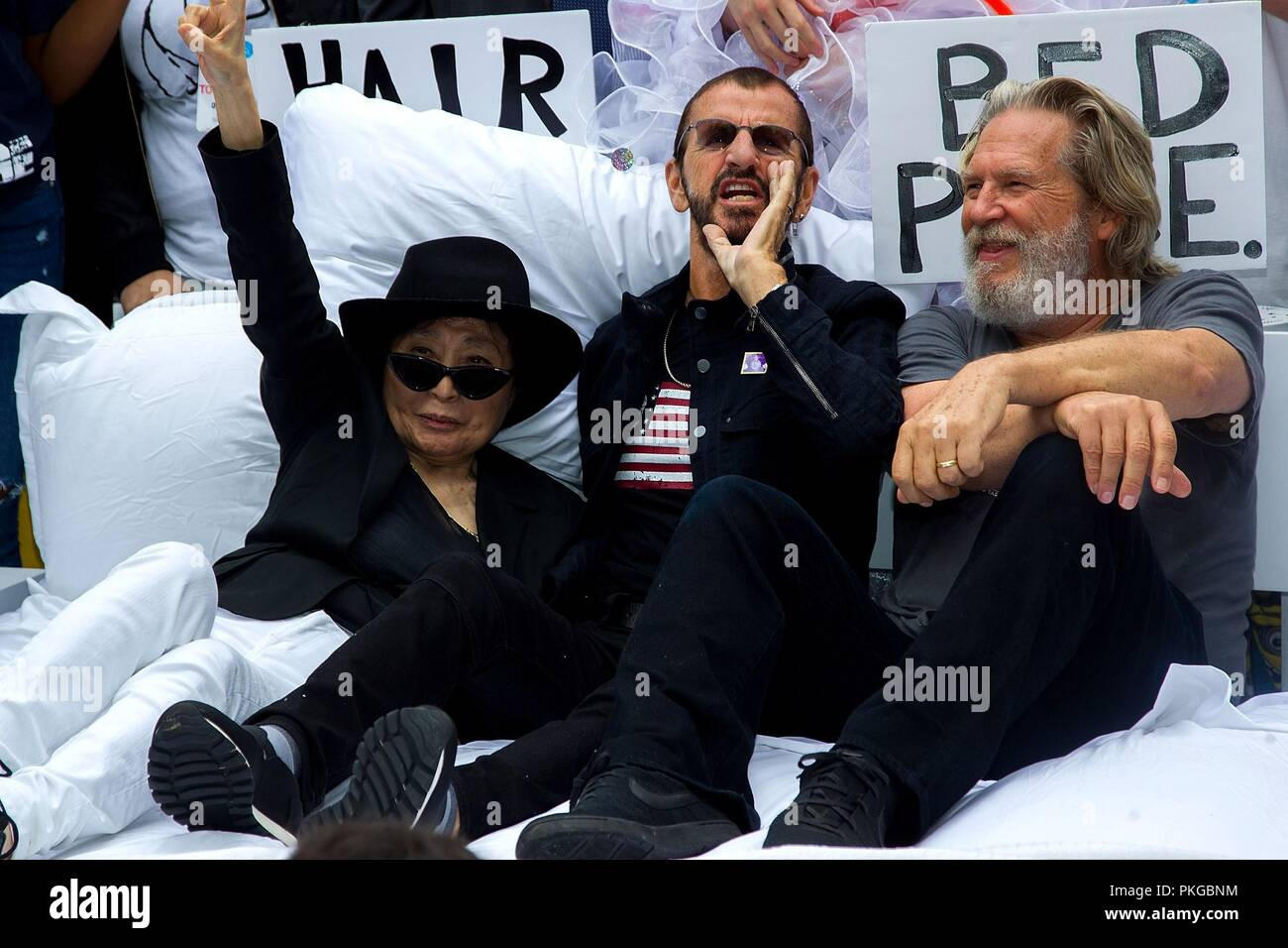 Nueva York, NY, EUA. 13 Sep, 2018. Yoko Ono, Ringo Starr, Jeff Bridges en una aparición pública para el autobús turístico educativo John Lennon devuelve a NYC, New York City Hall, Nueva York, NY, 13 de septiembre de 2018. Crédito: Steve Mack/Everett Collection/Alamy Live News Imagen De Stock