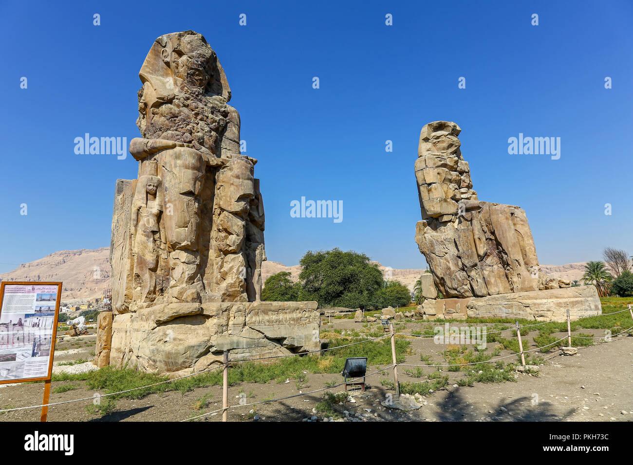 Los Colosos de Memnon, dos enormes estatuas de piedra del faraón Amenhotep III en la necrópolis tebana en Luxor, Egipto, África Imagen De Stock