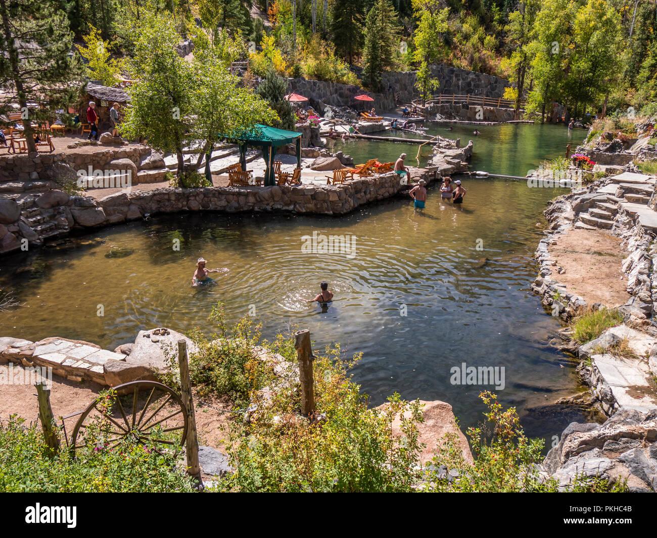 Los bañistas, remoje en agua tibia, el Strawberry Park Hot Springs, en Steamboat Springs, Colorado. Imagen De Stock