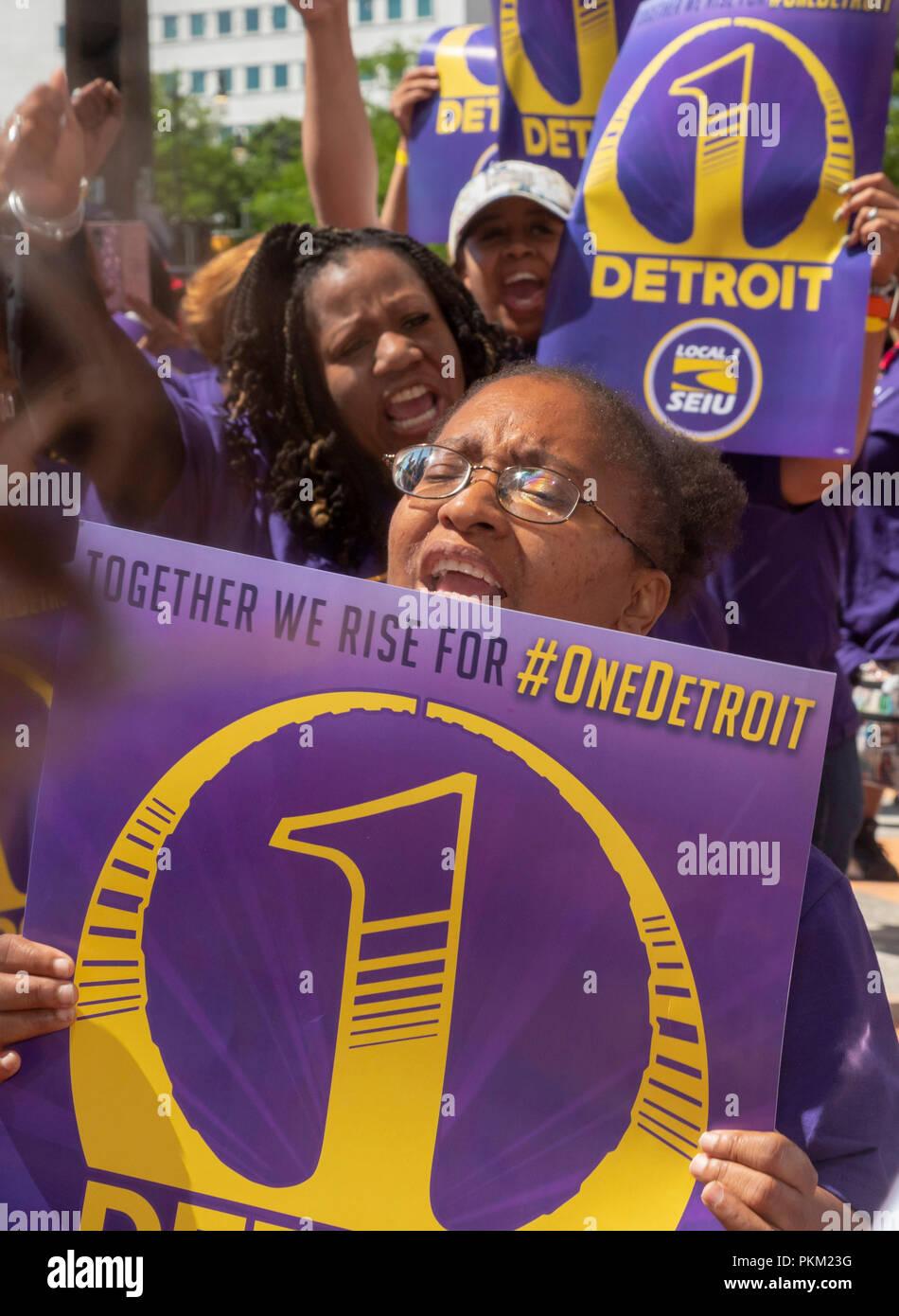 Detroit, Michigan - junto a otros trabajadores de bajos salarios, conserjes en Detroit rally por salarios más altos. Los miembros de la Internacional de Empleados de Servicio U Imagen De Stock