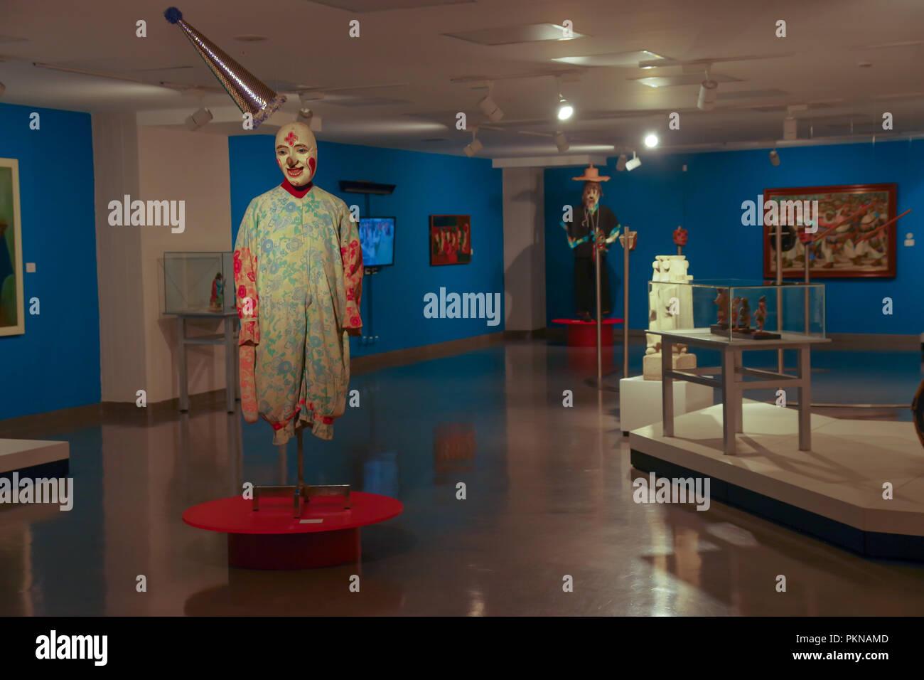 QUITO, ECUADOR - Agosto 17, 2018: vista interior surtida exposición de esculturas hechas a mano por ancienct Incas dentro de el Ágora museo ubicado en la Casa de la Cultura en Quito. Imagen De Stock