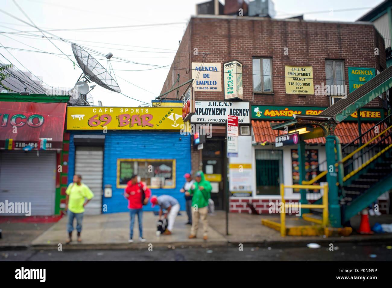 Cada día, temprano en la mañana, los jornaleros latinoamericanos se reúnen en ciertas áreas de Jackson Heights, a la espera de ser alquilados por un día. Imagen De Stock