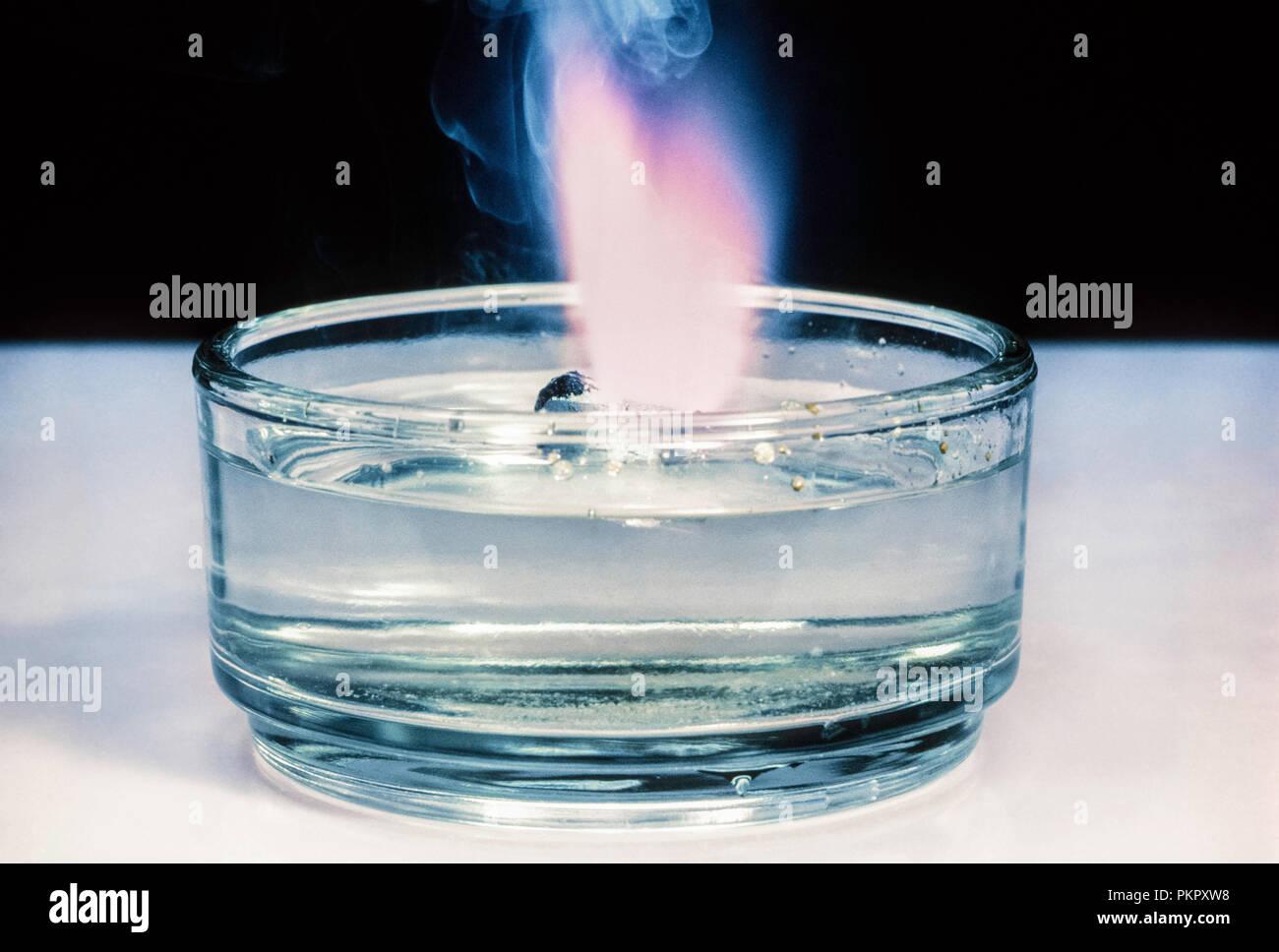 Explosión de potasio en agua Imagen De Stock