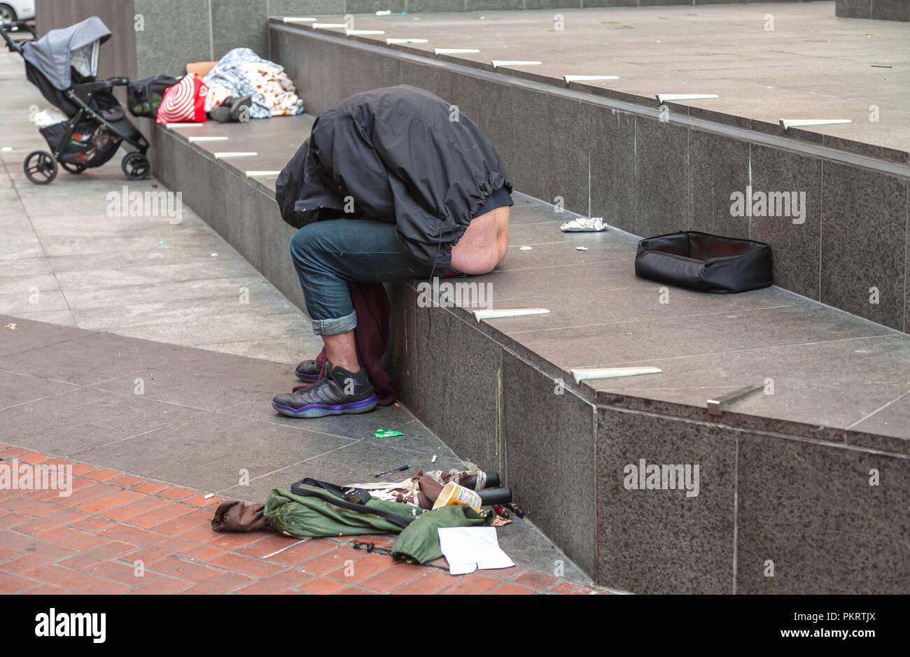 Un hombre sin hogar duerme en la calle Acera en San Francisco, California, Estados Unidos. Imagen De Stock