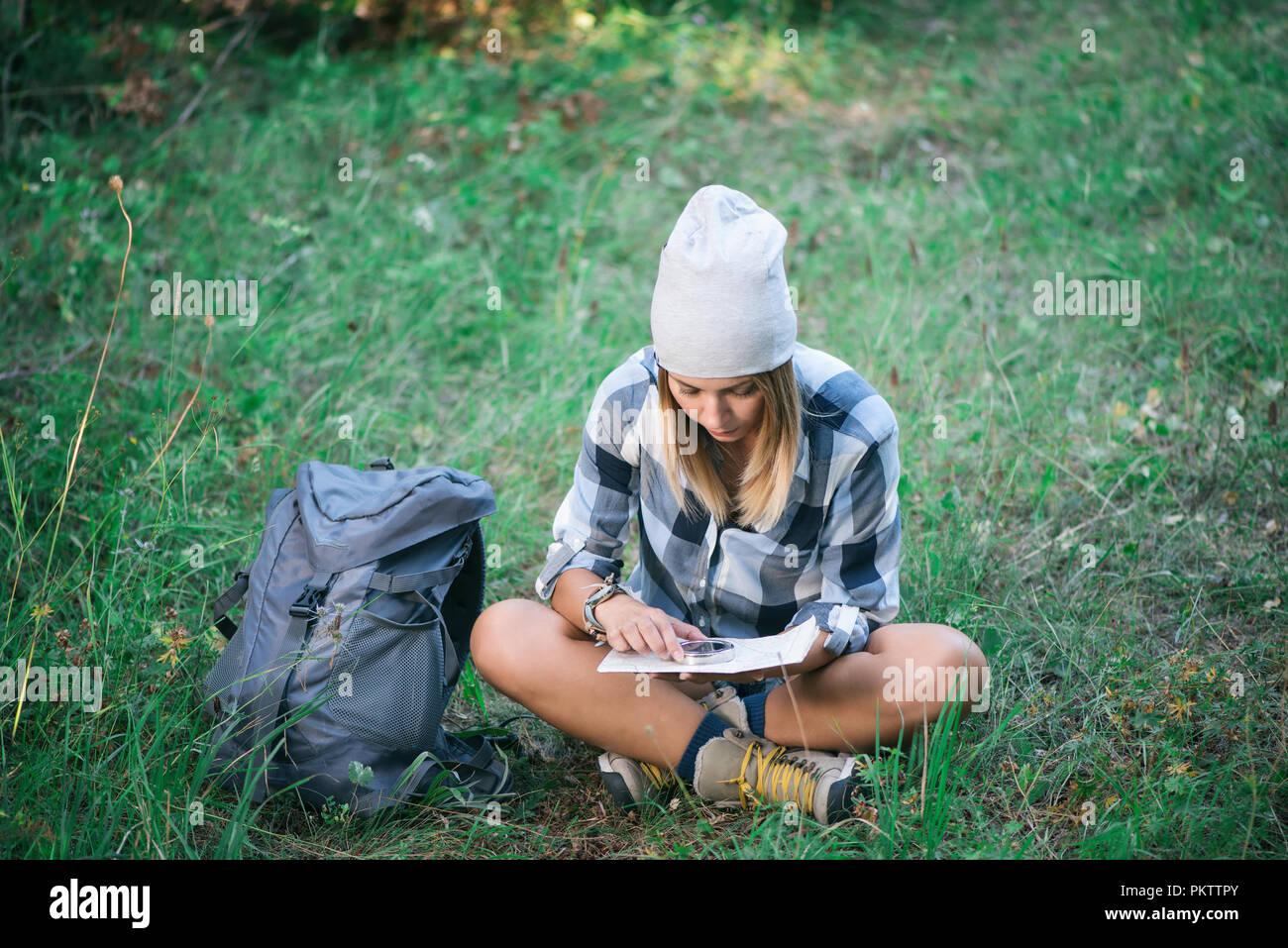Mujer joven leer mapa en montaña Foto de stock