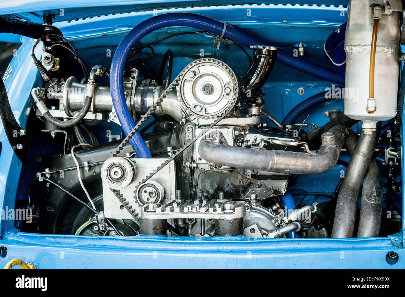Full Frame del deporte del motor del coche de carreras de dos cilindros del motor con transmisión bel y ruedas dentadas, limpio y brillante Imagen De Stock