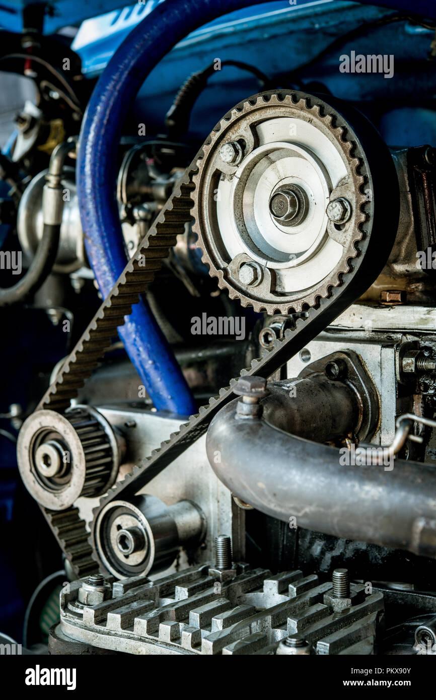 La sección de deportes de motor de dos cilindros del motor del coche de carreras con la transmisión de engranajes y ruedas dentadas y bel, limpio y brillante Imagen De Stock