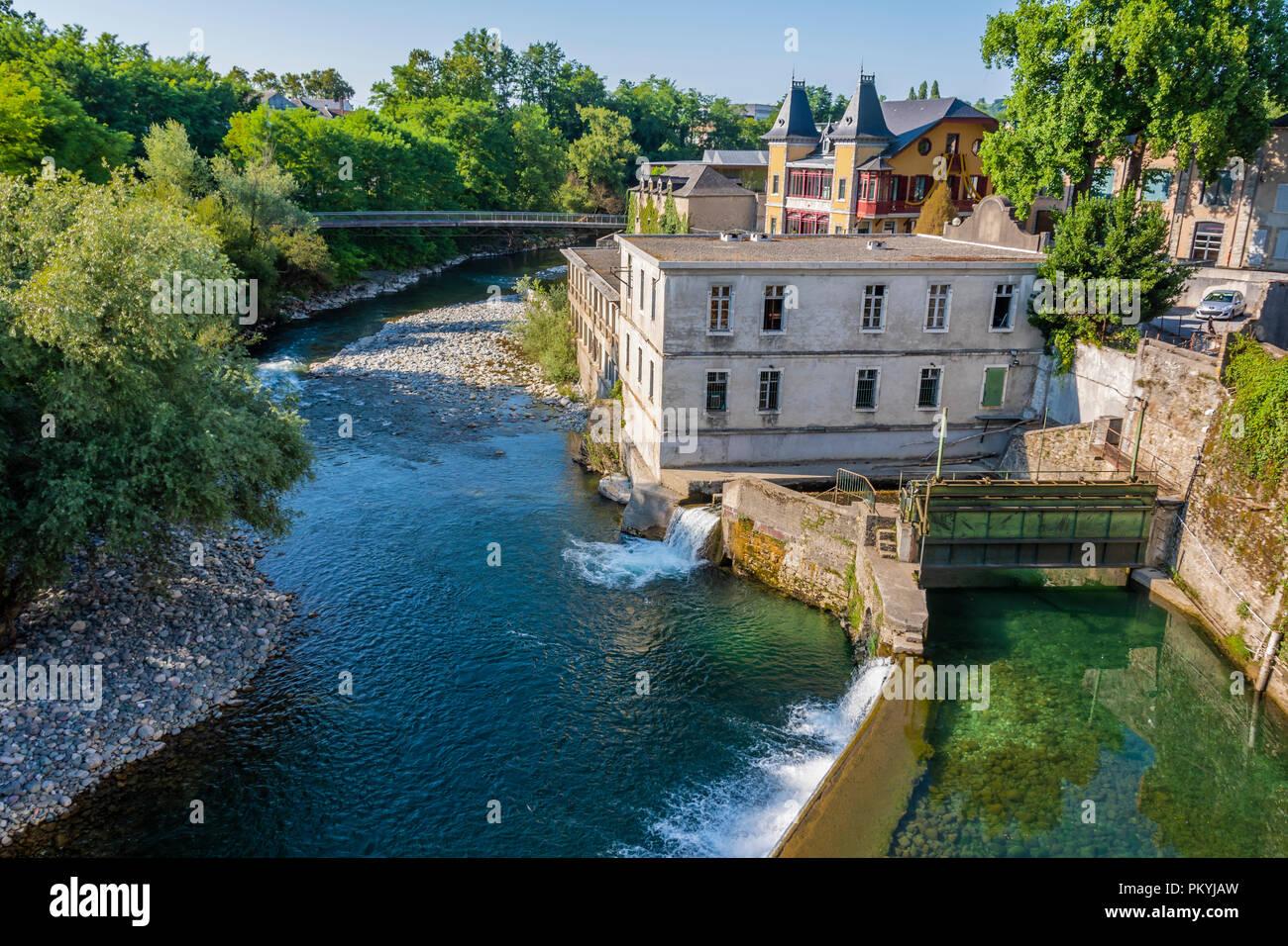 Vista de las presas en el río oloron Saint Claire desde el puente. Oloron Saint Marie france Foto de stock